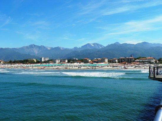 Marlia, Italien: Widok z molo na plażę w Marina di Pietrasanta (ok.30 km od Rezydencji Villa Costa)