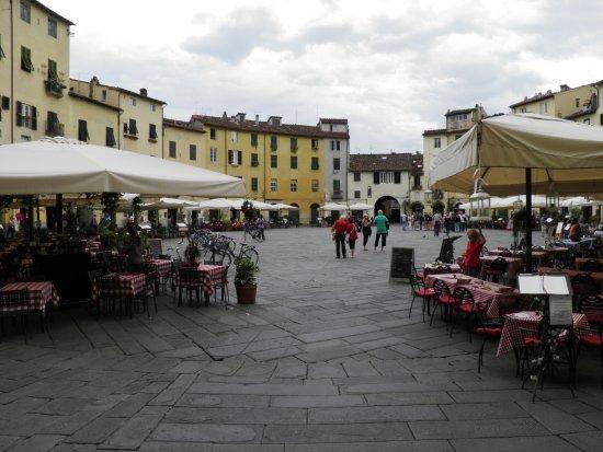 Marlia, Italy: Lucca (mała Florencja), Piazza Amfiteatro (3km od naszej Rezydencji)