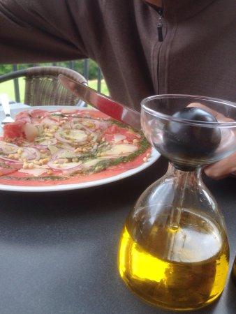 Ammerschwihr, فرنسا: Repas sympa en terrasse. Vue sur le vignoble et la plaine. Carpaccio-frites.