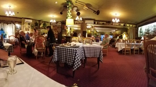 Purling, NY: Bavarian Manor dining room from our table