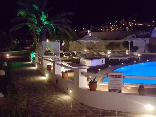 Aegeon Hotel : Kvelds stemning rundt bassenget