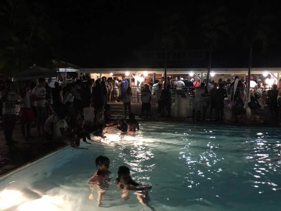 Hotel Residence Golf Village: Restaurant le soir avec manifestation et musique, à fuirre!!!