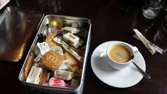 De Oude Herbergh Bed & Breakfast: Após o almoço, a delicadeza vem acompanhando a xícara de café quando você o pede... uma caixinha