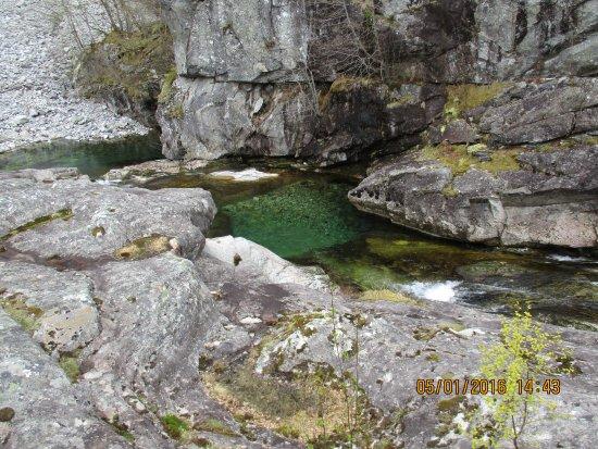 Osa, Norge: Am Fuße des Roykjafossen Wasserfall. Glasklares Wasser,sauber,rein und so muss Wasser schmecken!