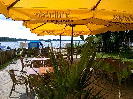 Lindow, Niemcy: Der beste Blick auf den Gudelacksee im Garten der Seeperle ´16.