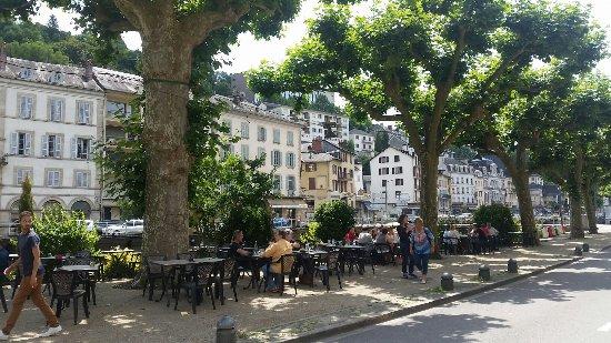 Tulle, Γαλλία: La terrasse sur le quai en face du restaurant est très agréable par les fortes chaleurs