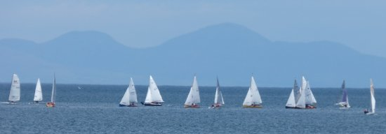 Skerries, Irlanda: Sunday morning dinghy racing a mile or 2 offshore. Mourne Mountains in Northern Ireland @ back
