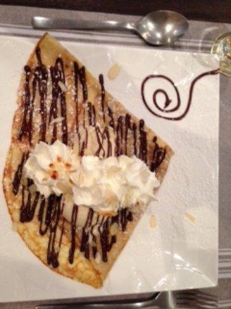 Карро, Франция: 2 boules vanille, sauce chocolat, chantilly maison, amandes effilées.