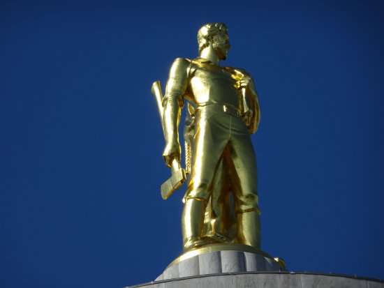 Salem, OR: statue on top