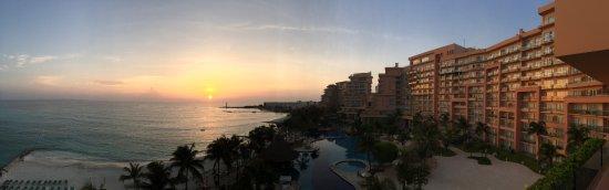 Grand Fiesta Americana Coral Beach Cancun: Salida del sol sobre todo el complejo turítico.