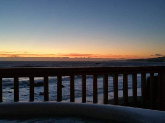 Smith River, Californië: Watching the sunset from the hot tub on the porch... stunning!