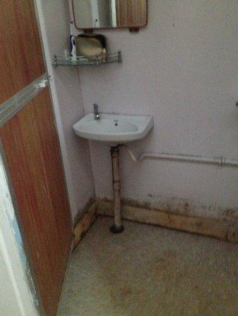 Patnem, India: Das Waschbecken, schimmelige Wände