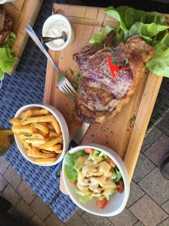 St-Chamond, ฝรั่งเศส: Entrecôte de 300 GR race limousine frites et salade verte aux croûtons maison