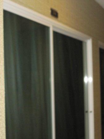 これが普通の部屋の「ドア」ですカーテン無いと「丸見えです」