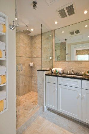 The Inn at Cape Cod: Beautiful bathrooms