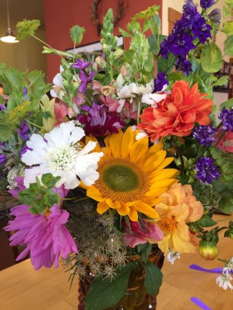 Pine Street Bakery : Beautiful flowers at our table