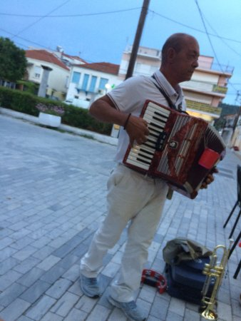 Pigi Taverna: A busker outside of Pigi entertaining the diners
