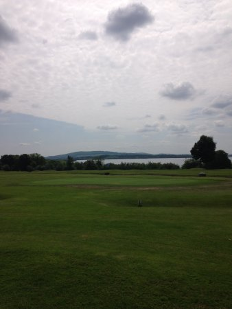Mountnugent, Irlandia: The course looks over the lake