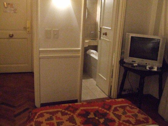 Hotel San Antonio Buenos Aires: Room and bathroom