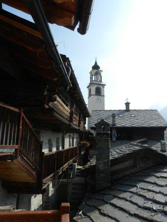 Centro storico con la chiesa di Antagnod sullo sfondo