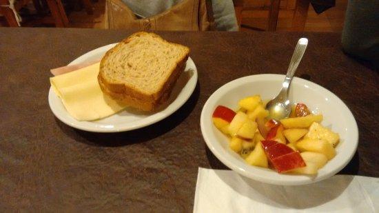 Soft Bariloche Hotel: desayuno buffet con frutas, fiambres, panes, dulces,yogur, cafe, panceta y salchichas
