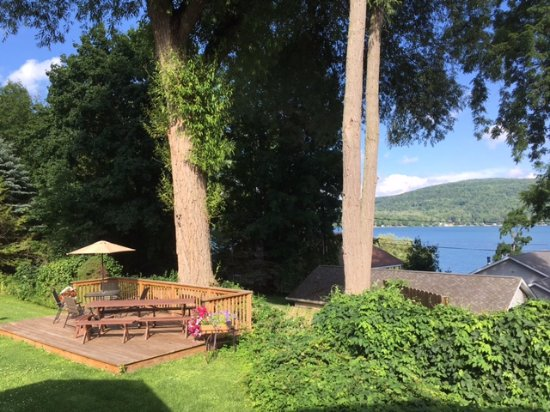 Hickory Grove Motor Inn: Picnic area with view of Lake Otsego