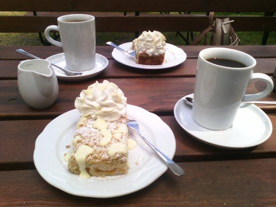 Selbstgebackener Kuchen Mit Sahne Vanillesauce Und Ein Poo Kaffee