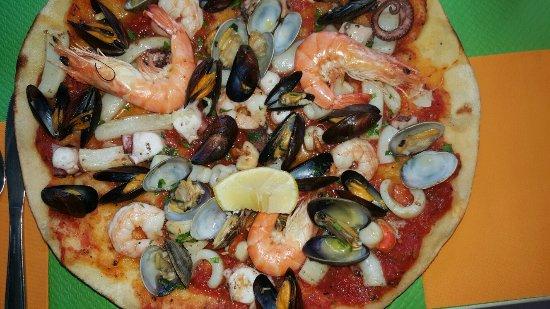 Mery sur Oise, France : Nouvelle spécialité : pizza aux fruits de mer