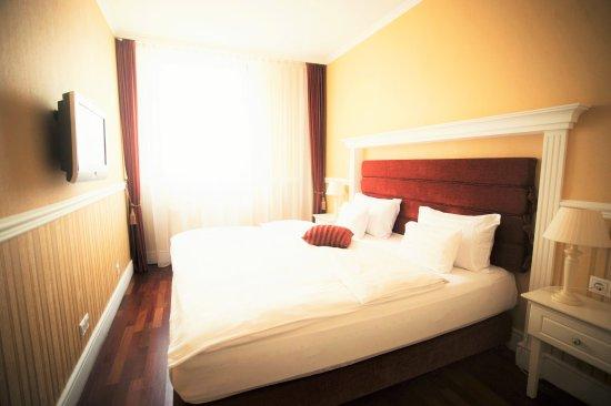 Queen's Court Hotel & Residence: Bedroom