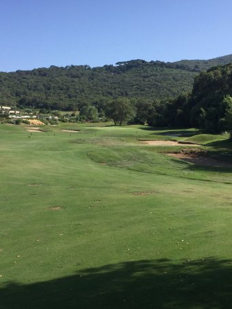 Monte Argentario, Italie : Hole 18 par 4 towards the green and hotel