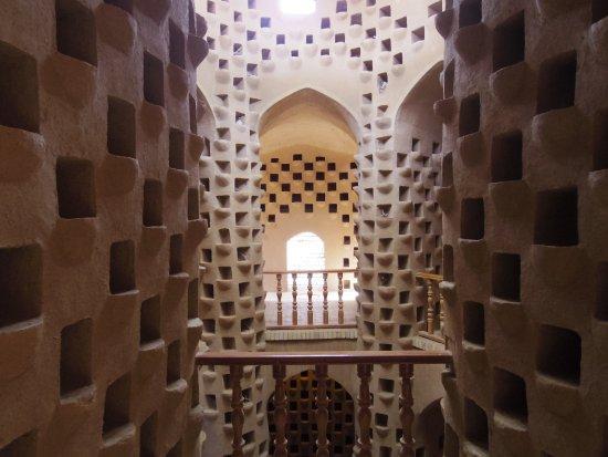 Meybod, Iran : すべての穴に鳩がいのかぁ・・・見てみたい。