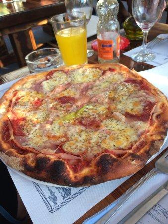 Njivice, Croacia: riesige Pizza