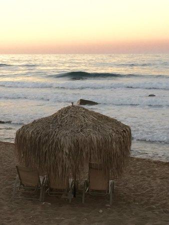 Stavromenos, Grecia: Toll auch zum Baden, hier gibt es ein paar Schirme und Liegen für schmales Geld. Aquaschuhe sind