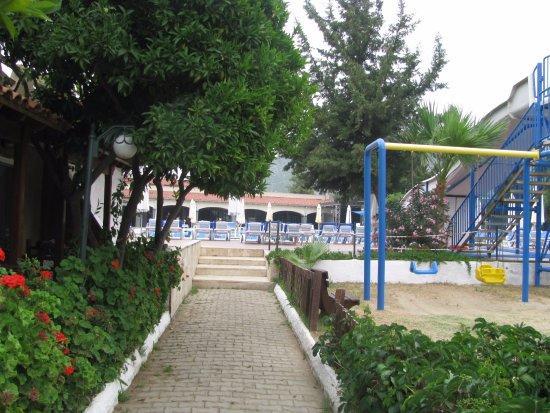 Pigale Beach Resort: Пигале. Вид на детскую площадку,бассейн и столовую