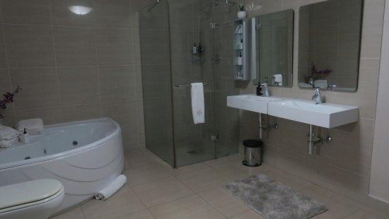 Amanzimtoti, Güney Afrika: Large full bathroom