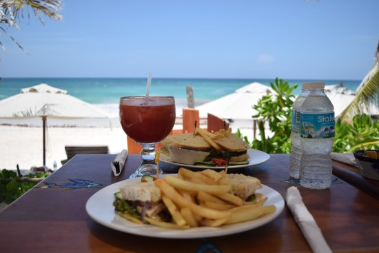 Restaurante Las Estrellas: Lovely freshly squeezed juices with a chicken sandwich and chips.