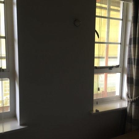 Nell Gwynn House Apartments: Ventanas totalmente tapadas con tela amarilla y andamios afuera