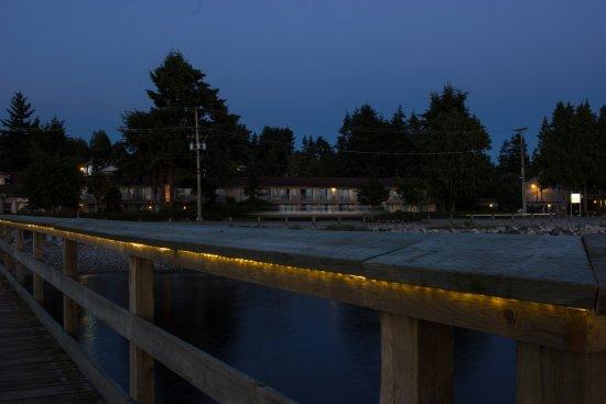 Sechelt, Canadá: View of Bella Beach Inn from the wharf