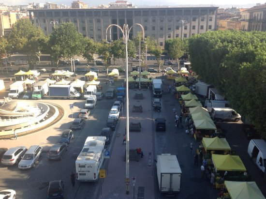 Mercure Catania Excelsior: Local produce market by the hotel on Sunday mornings.