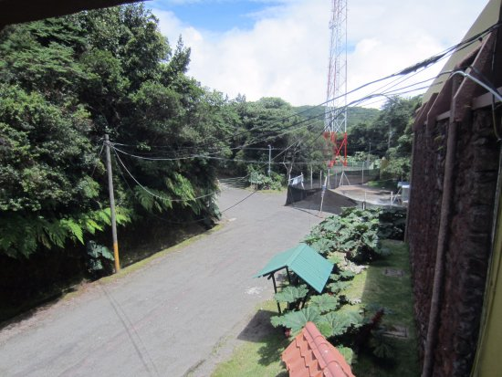 Poas Volcano National Park, Costa Rica: view from bridge by the gift shop towards end of parking