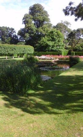 Burwash, UK: Gardens with pond