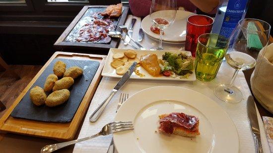 La Genuina de Cimadevilla: Los entrantes: plato de ibéricos, croquetas y paté de cabracho
