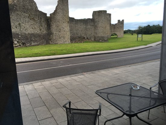 Trim, Irlanda: Interior view. view of castle from restaurant. view of castle from rooftop lounge.