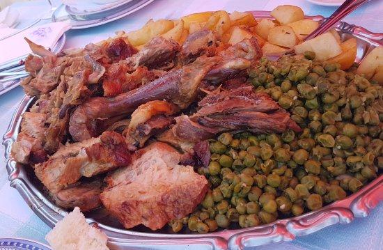 Zrnovo, Κροατία: Oven baked Lamb and Veil with Potatoes and Green Peas.