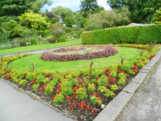 Hope Park : Well maintained gardens