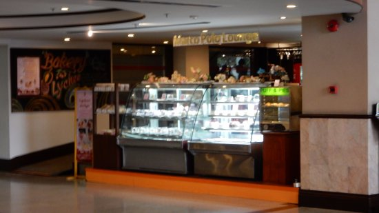 Duangtawan Hotel Chiang Mai: Ground floor coffee shop and patisserie. 50% off after 7pm.