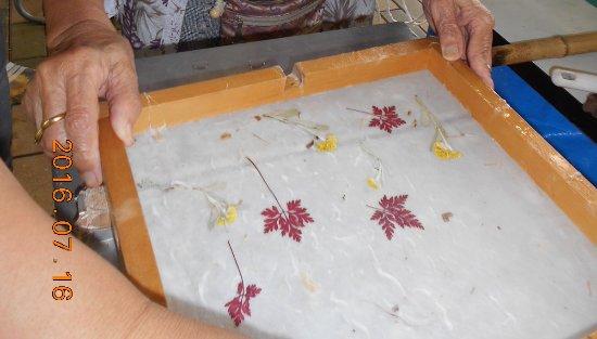 Minamiechizen-cho, Japan: 紙すきは500円でできます。高速で紙の水分を取って乾燥させるので、すぐ持って帰れます。
