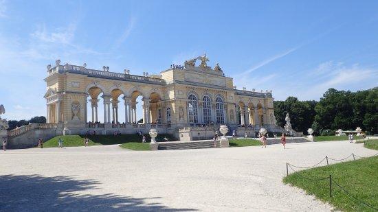 Schlosspark Schönbrunn: Die Gloriette, von hier aus gibt es eine wunderbare Aussicht.