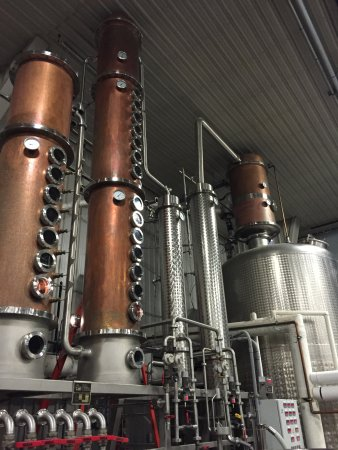 Beamsville, Kanada: Their custom made still - you can see their process on the daily tour