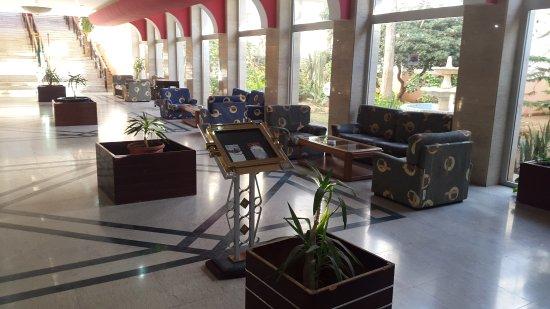 Safir Hotel Mazafran: Hall de l'hôtel avec son salon, en face de la réception